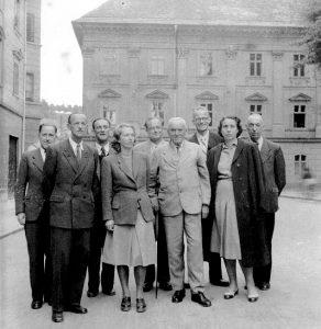 Kolektiv Mestnega arhiva Ljubljana pred zgradbo arhiva (Auerspergova palača, zdaj Mestni muzej Ljubljana), 1951.