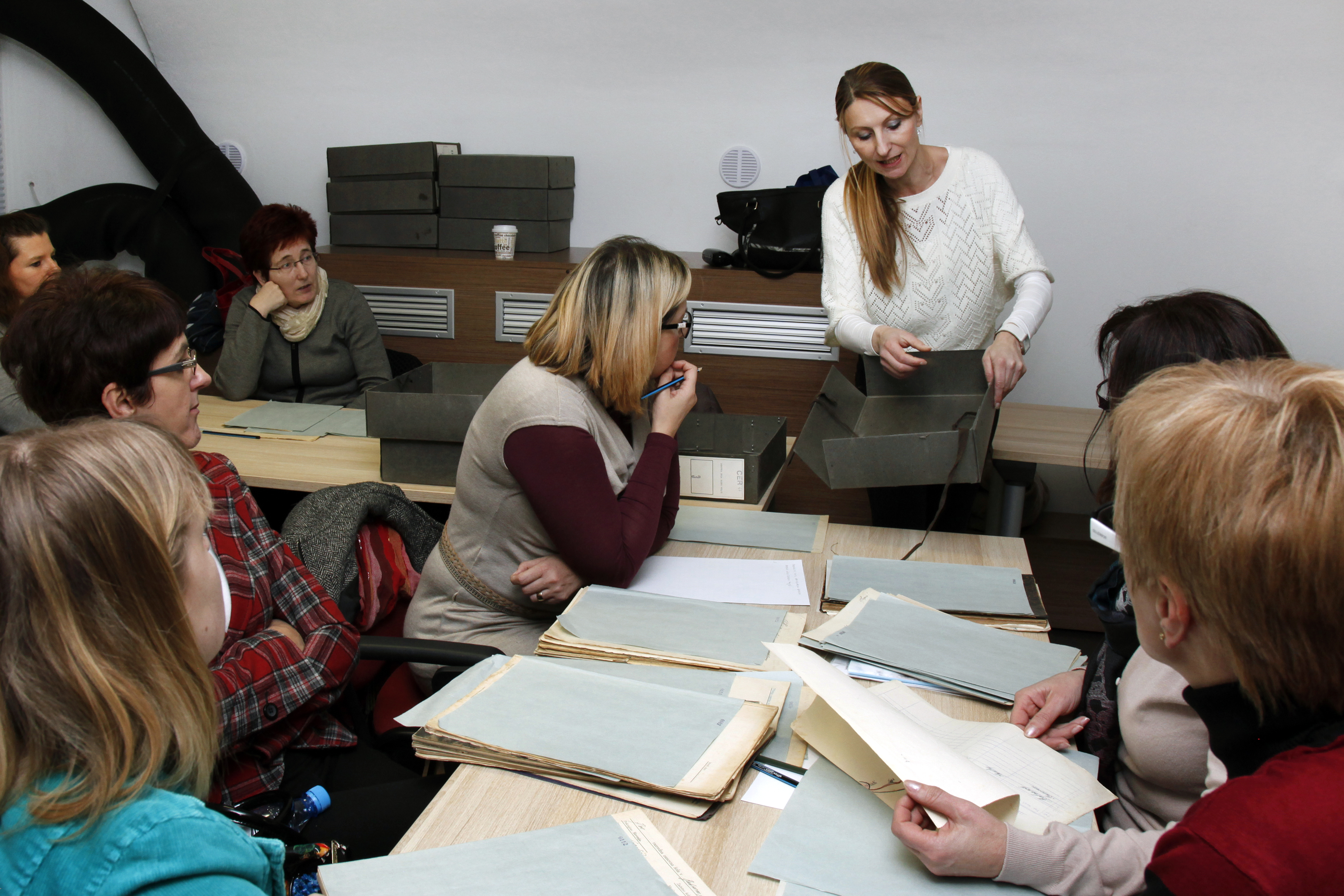 Arhivistka predstavlja tehnično opremo za popisovanje arhivskega gradiva