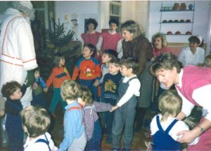 Prihod dedka Mraza v vrtcu Otona Župančiča Črnomelj. SI_ZAL_ČRN/0079 Vrtec Otona Župančiča Črnomelj, t. e. 3, Kronika za leta 1985–2003.